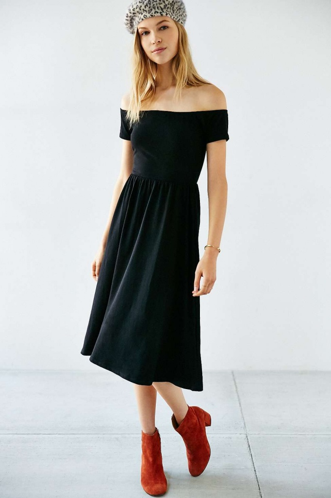 robe mi longue urban outfitter noire epaules denudees