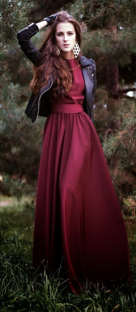 Belle longue robe rouge bordeaux satine habillee