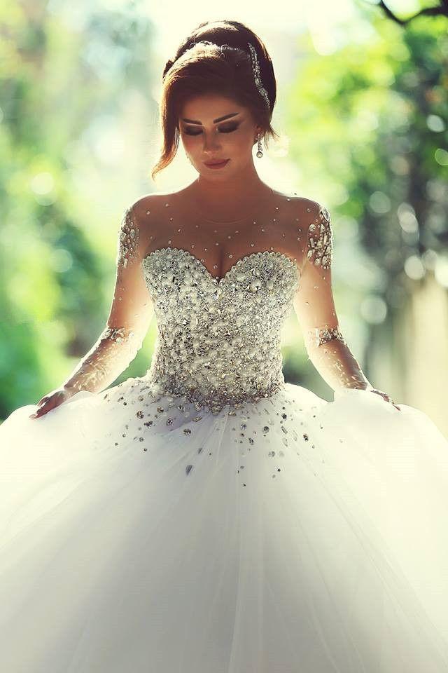 belle robe longue bustier bijoux incrustes et jupons en mousseline et voile style danseuse classique