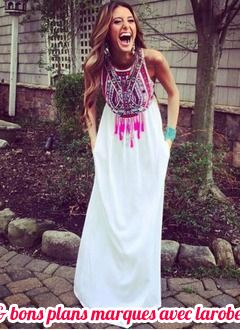 belle robe longue coton blanc et imprime rose ethnique avec plume sur le haut sans manche