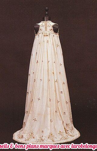 belle robe longue coton blanche avec imprime discret createur