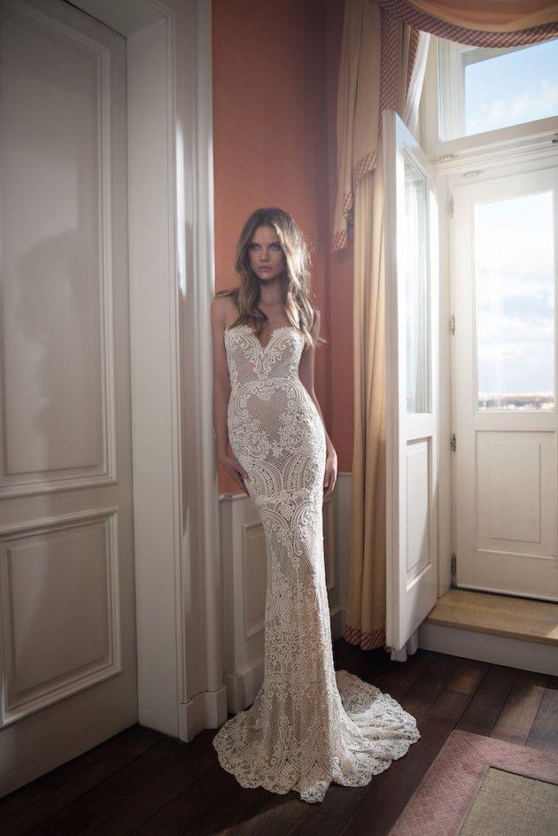 magnifique robe dentelle de mariee longue bustier pres du corps blanche