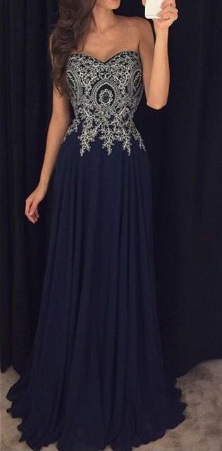 robe longue bustier argent sur fond bleu marine