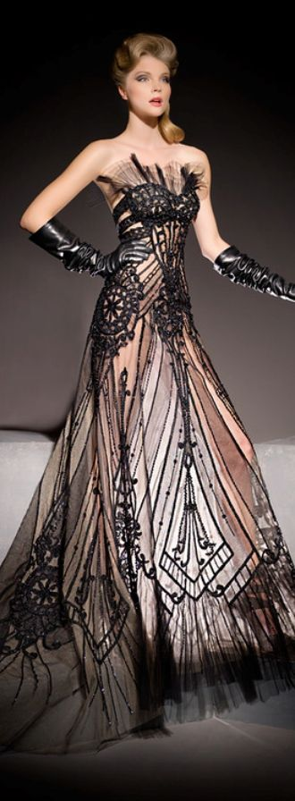 robe longue bustier dentelle noire sur fond rose pale esprit lingerie de luxe