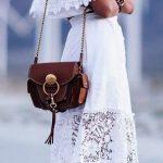 Longue robe blanche alternance de tissus avec dentelle epaules nues