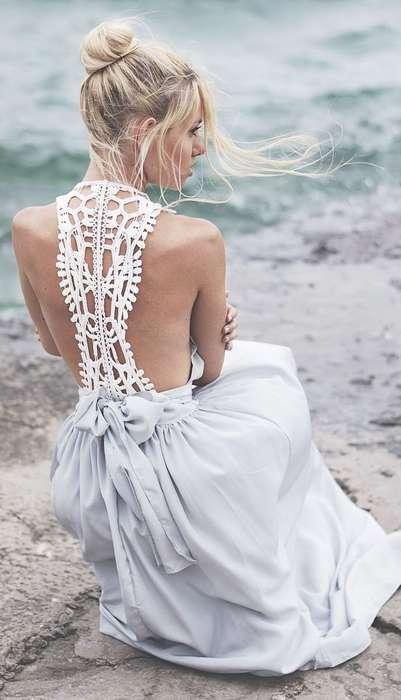 Longue robe blanche avec dos mis en valeur par fine dentelle