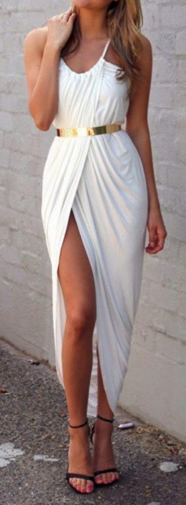 Longue robe blanche fendue haut de cuisse ceinture or