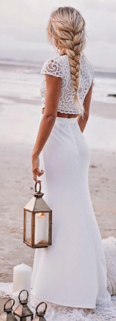 Longue robe blanche haut dentelle et jupe moulante niveau taille et hanche