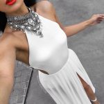 Longue robe blanche ras de cou effet bijou argent et fendue haut de cuisse