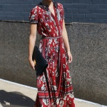 Longue robe ete imprime rouge ceintree et manches courtes