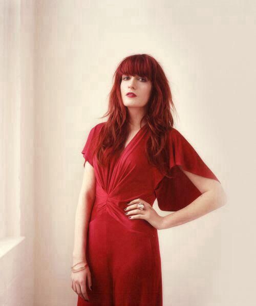 Longue robe rouge manches fluides