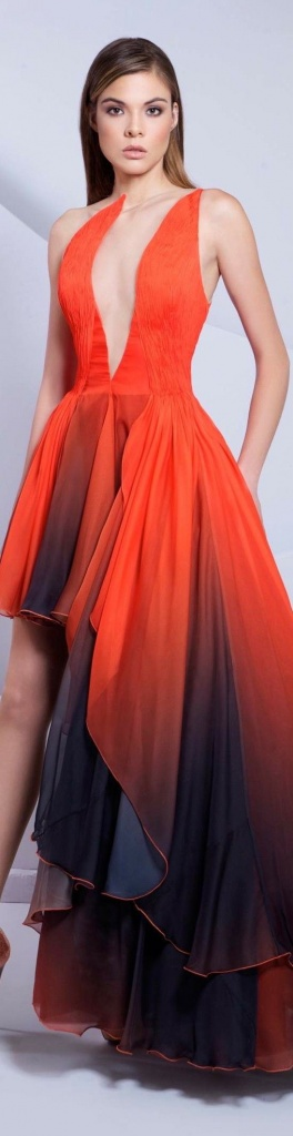 Longue robe rouge orange asymetrique et tres decollete
