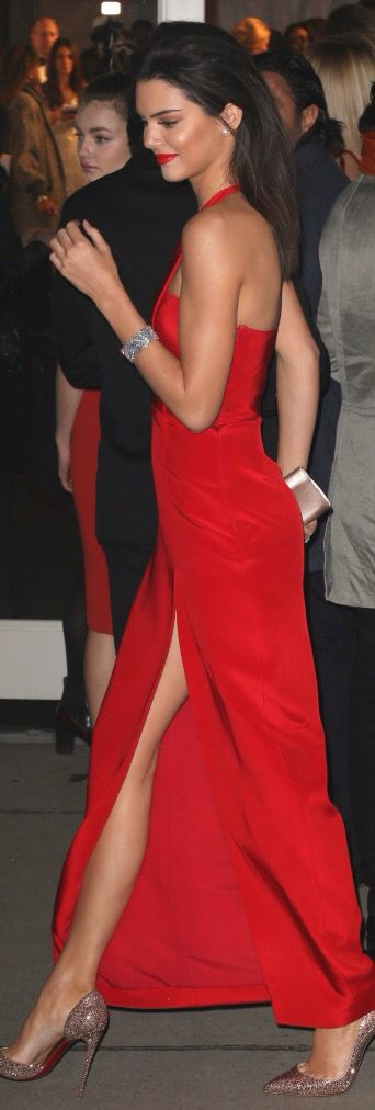 Robe de soiree longue rouge largement ouverte attache cou