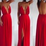 Robe de soiree longue rouge tres decollete et fendue