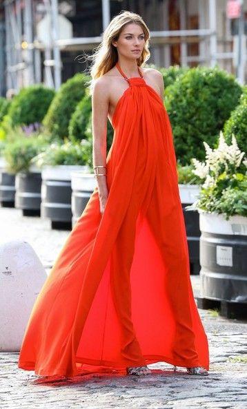 Robe fluide longue orange attache cou epaules denudees