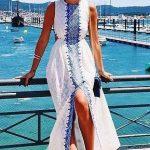 Robe longue blanche avec imprime bleu centre fendue devant