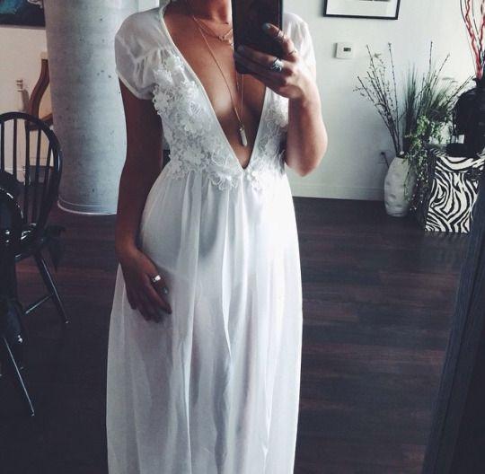 Robe longue blanche decollete profond dentelle manche courte pour mariage
