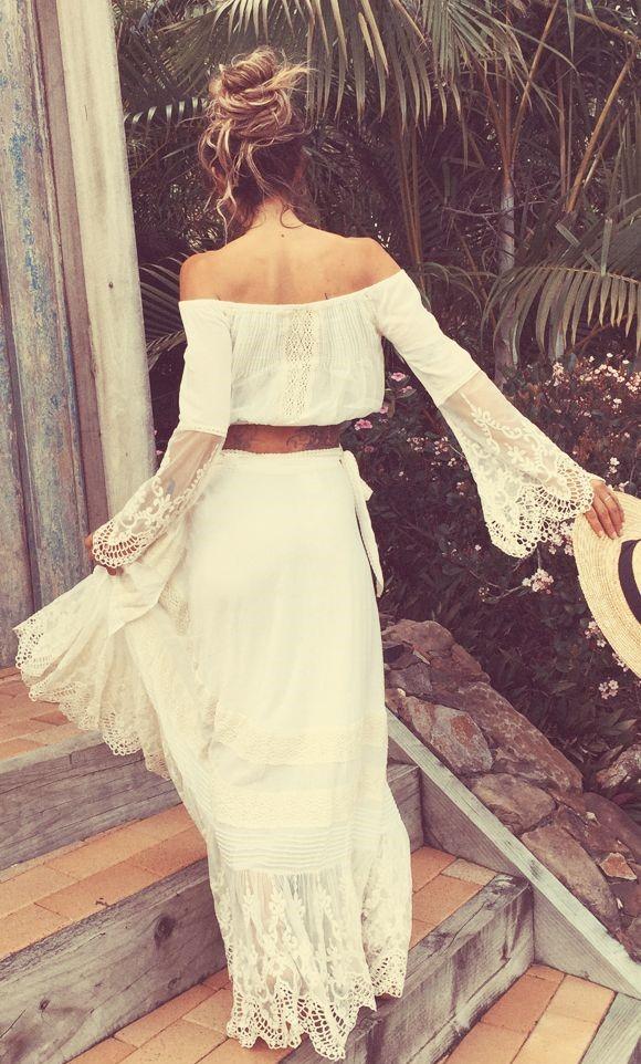 Robe longue blanche dentelle manche longue esprit boho epaules nues