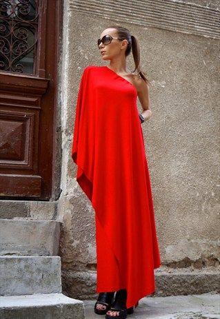Robe longue rouge intense fluide asymetrique