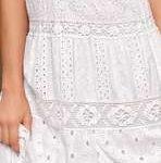 Robe longue travaillee dentelle blanche sans manche