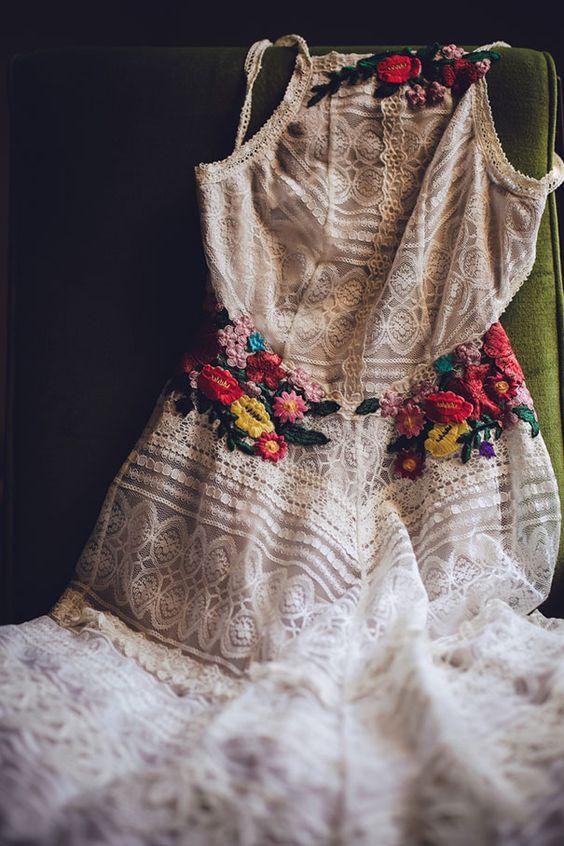 Adorable robe dentelle et ceinture crochet fleurs tres colorees