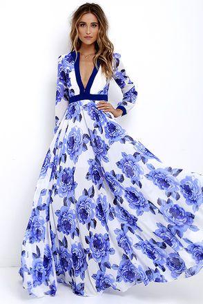 Belle robe blanche fleurs roses bleues echancree