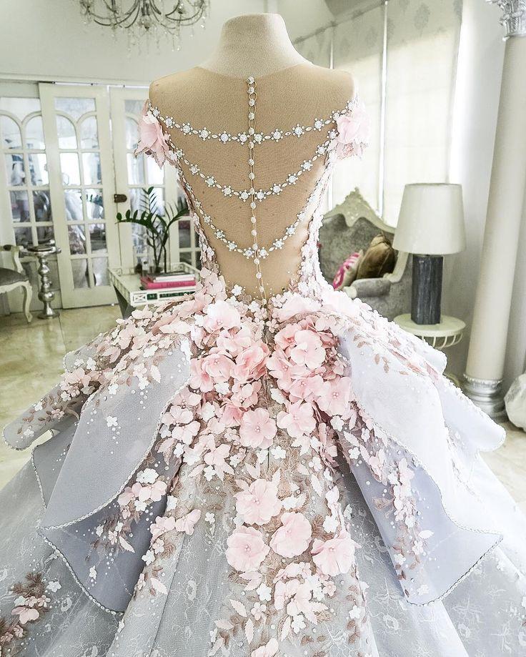 Ravissante robe de mariee a fleurs incrustees rose pale