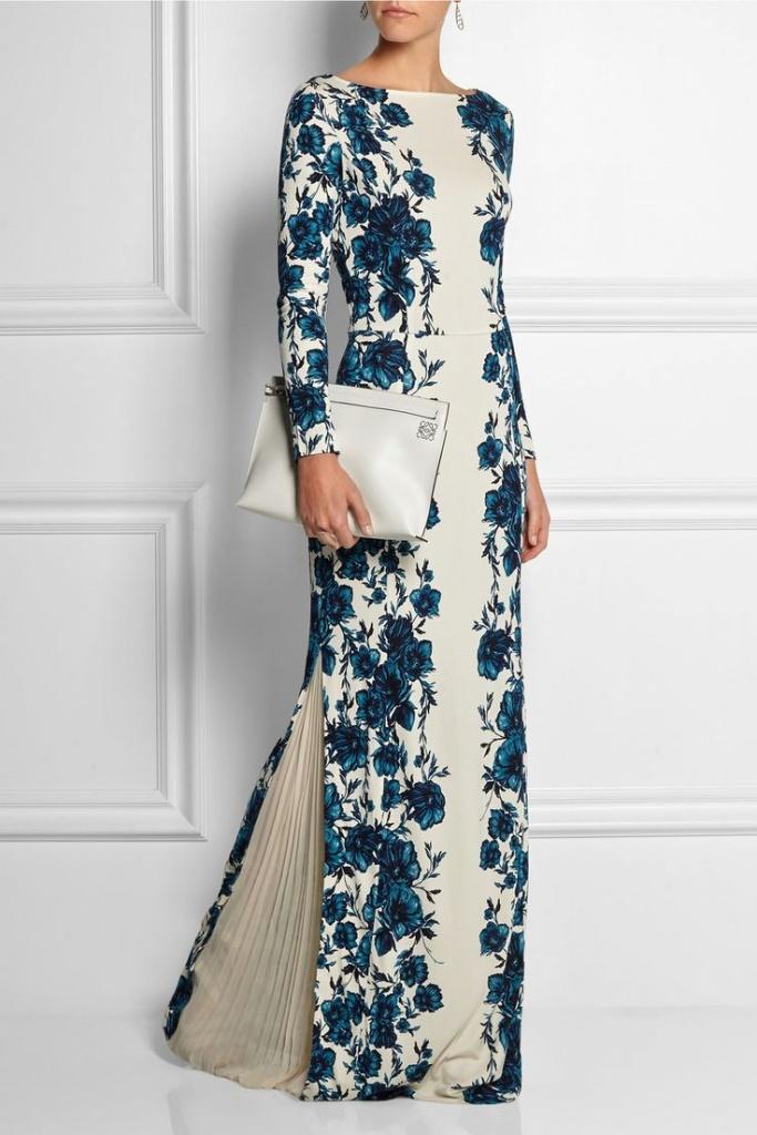 Robe blanche et fleurs bleues
