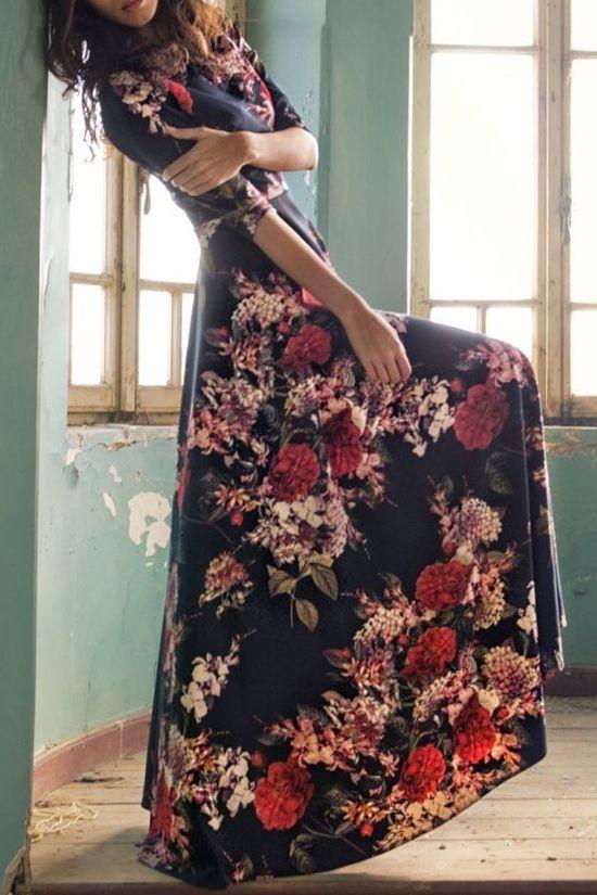 Robe fleurie rose rouge fond noir manches mi longues pres du corps