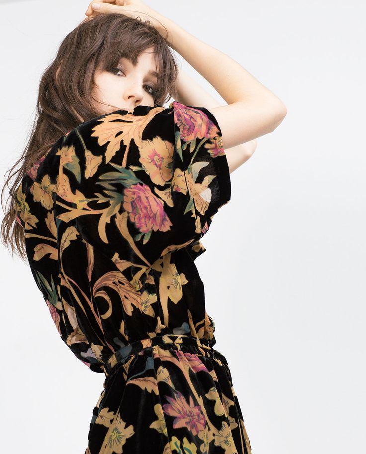 Robe fleurie sur fond noir manche courte et maxi longue