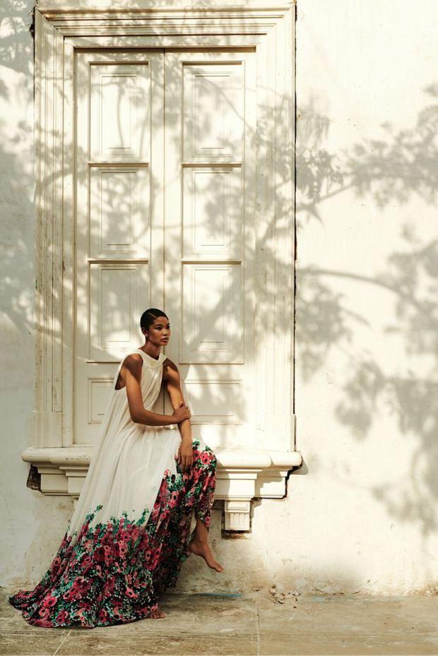 Robe fleurie sur le bas de la jupe blanche tres elegante