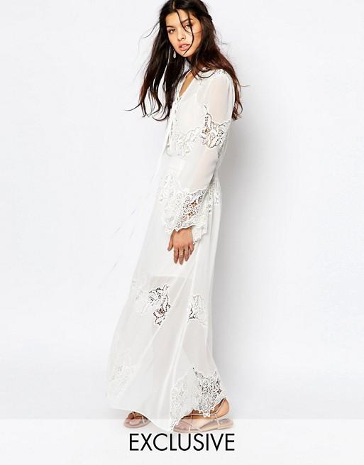 Robe blanche dentelle et mousseline manche longue avec lacet devant