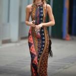 Longue robe hippie multi motifs pres du corps sans manche