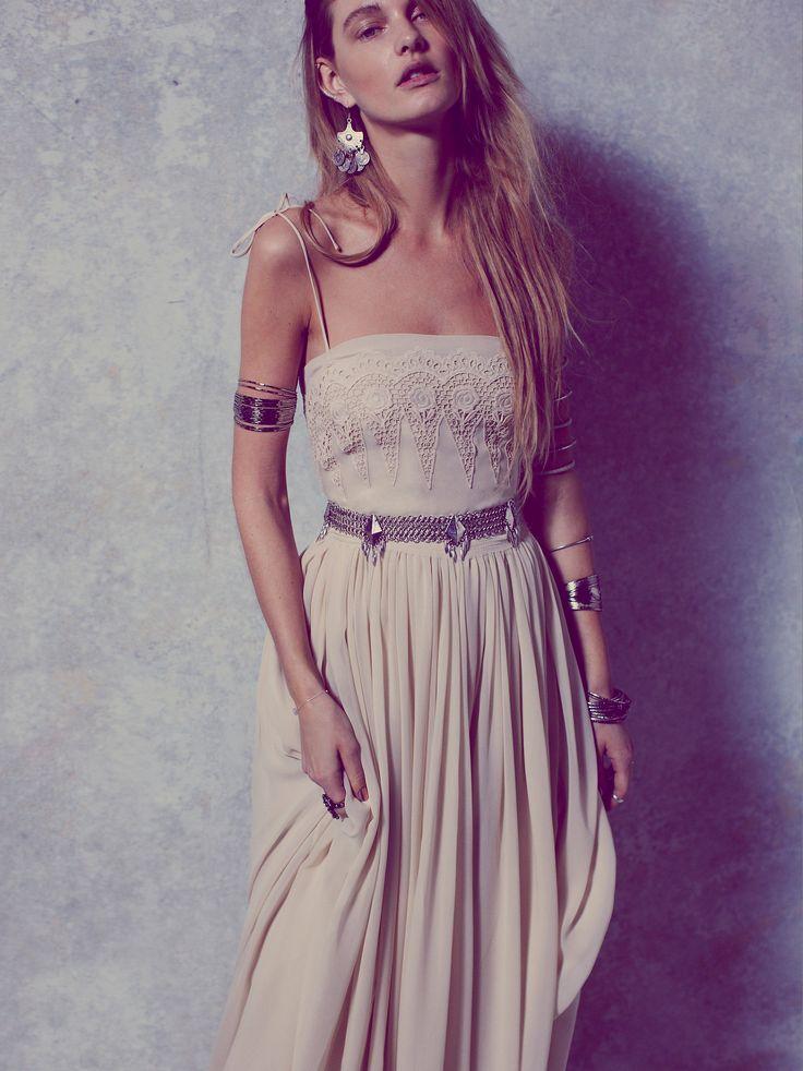 Robe longue hippie dentelle bustier et fine bretelle avec ceinture et jupon fluide beige