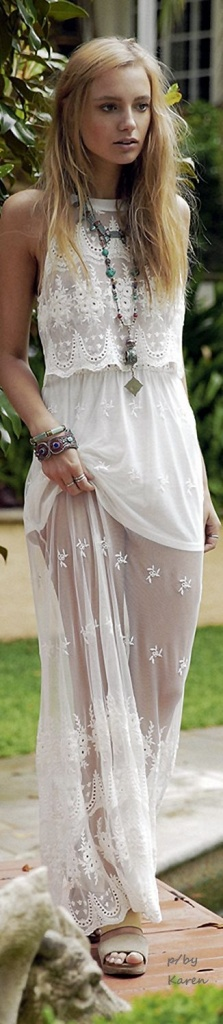 Robe longue style boheme blanche sans manche et transparente