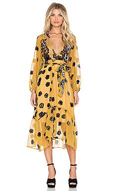 Belle robe mi longue habillee jaune avec motif floral noire tres decollete