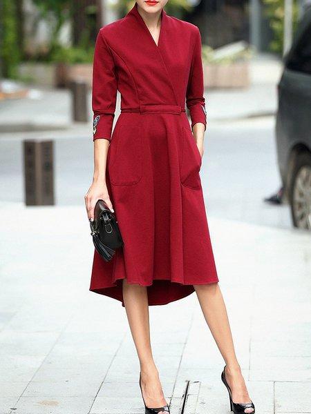 Elegante robe longueur mi mollet rouge fonce ceinturee manche 3 4