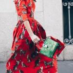 Joli robe rouge imprime chat gris manche et buste moulant jupe evasee mi genoux