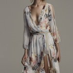 Ravissante robe boheme tres echancree blanche motif floral pastel fendue haut sur la cuissse