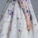 Ravissante robe pour bal col montant et dos nu effet tutu couleur blanche et motif bleu floral mi longueur