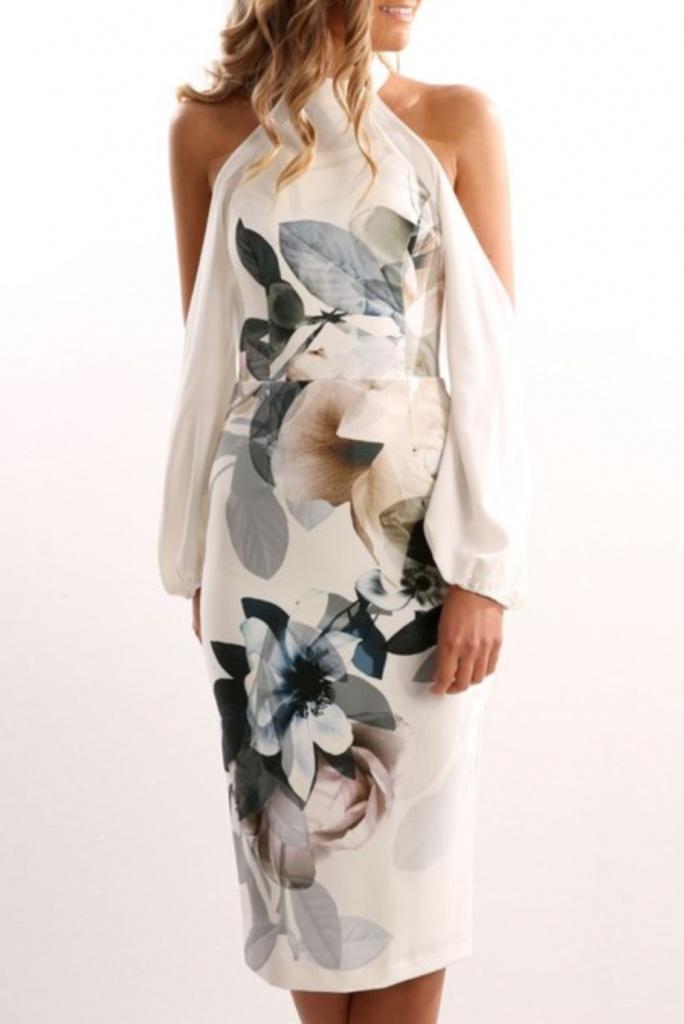 Ravissante robe tissu aerien blanche epaules nues et manches longues pour soiree mi longue motif xxl fleur pastel
