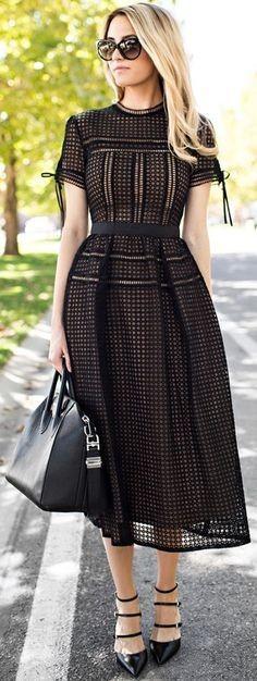 Robe imprime noire et coupe originale mi longue habillee