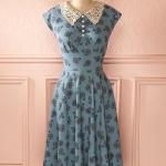Robe mi longue evasee col claudine dentelle bleu a motif floral