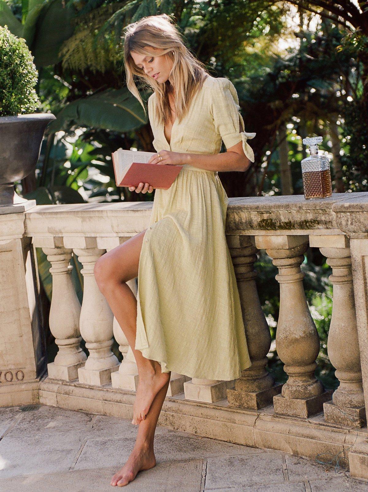 Robe mi longue habillee et raffinee jaune pale fluide jolies manches avec attaches