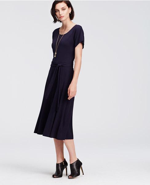 f5867dee430 Robe noire manche courte mi longue fluide hiver - la robe longue