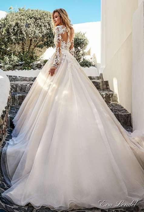 Extravagante longue traine pour cette robe longue dentelle mariage