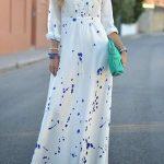 Belle robe longue ete blanche avec motif bleu fonce a manche longue