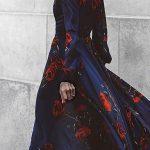 Jolie robe longue bleu marine a fleurs rouges avec manches longues