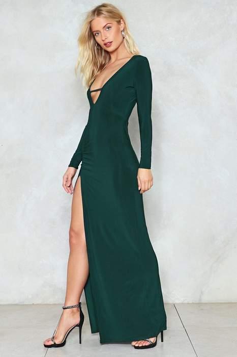 Robe de soiree verte echancree et decolletee manches longues