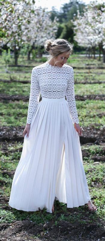 Robe longue de mariee blanche dentelle et plissee avec manche longue